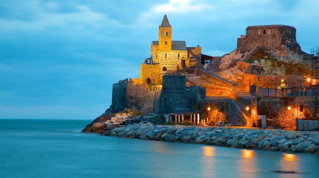 Cinque Terre som inkluderar klippig kustlinje, historisk arkitektur och en solnedgång