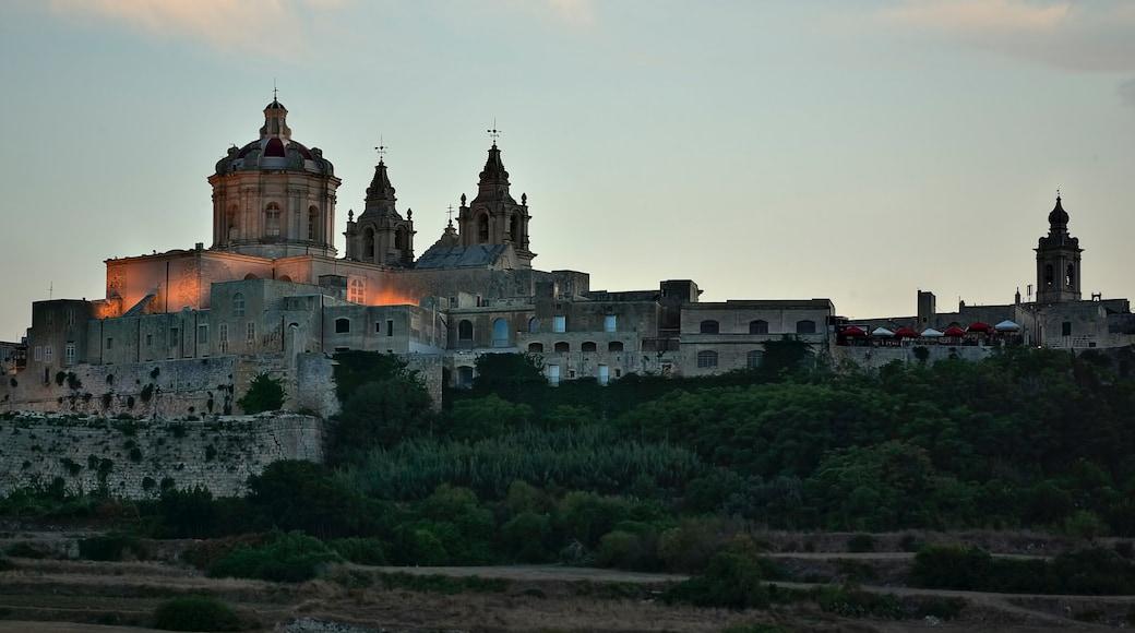Mdina das einen Sonnenuntergang, historische Architektur und Kirche oder Kathedrale