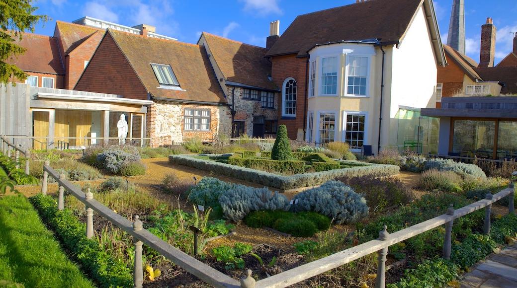 Tudor House and Garden mit einem historische Architektur, Haus und Garten