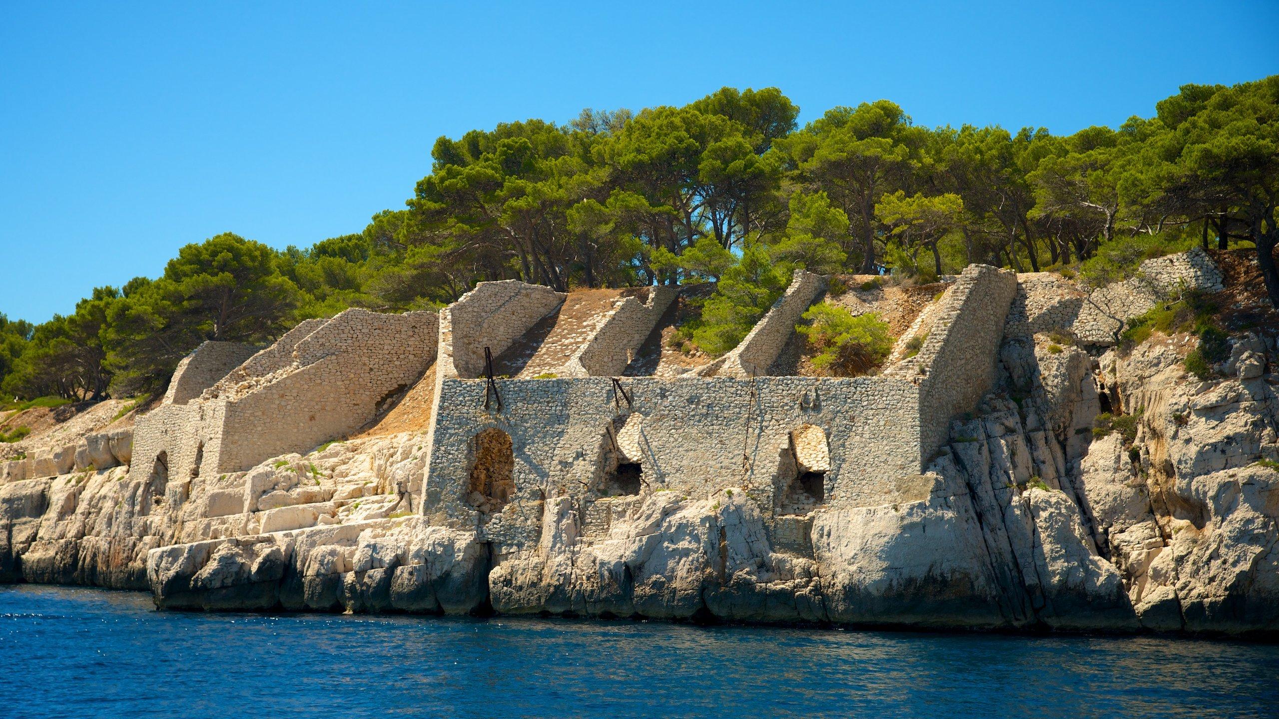 Journée bateau, randonnée ou promenade tranquille pour admirer les falaises de calcaire blanc, les bras de mer et les criques dans lesquelles les plus grands artistes français sont venus chercher l'inspiration.