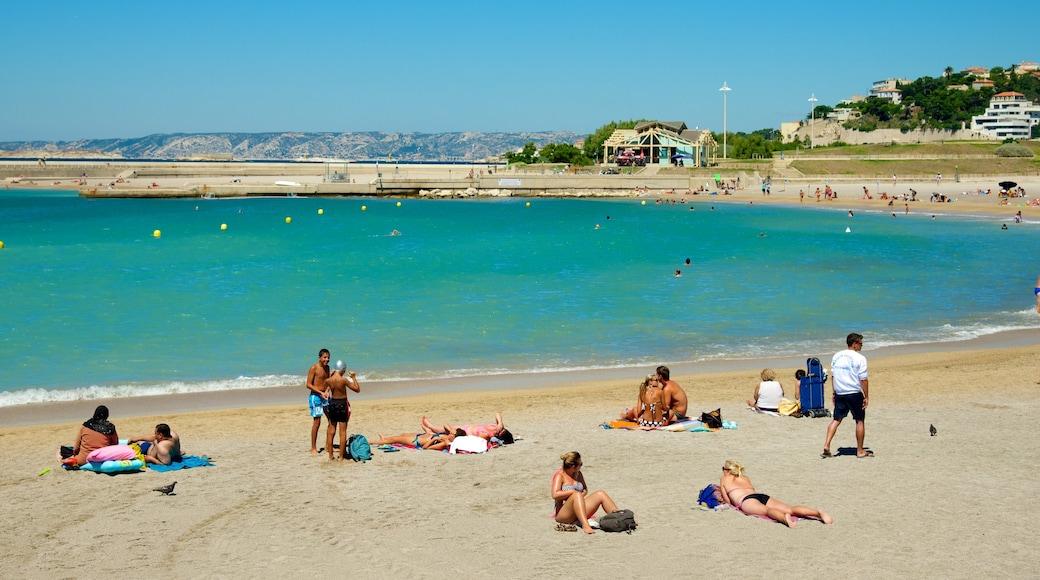Prado-stranden som inkluderar kustutsikter och en strand såväl som en liten grupp av människor