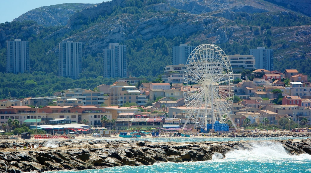 Prado-stranden som visar klippig kustlinje