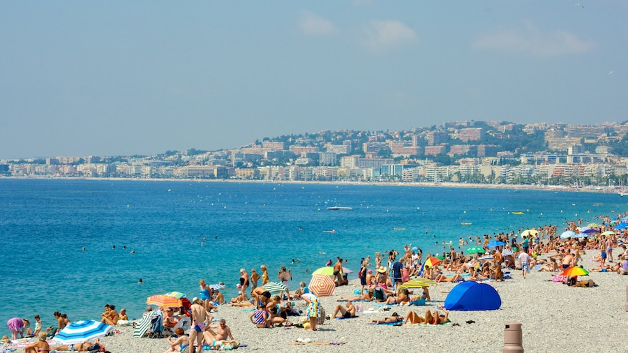 Nizza caratteristiche di spiaggia sabbiosa e località costiera cosi come un grande gruppo di persone