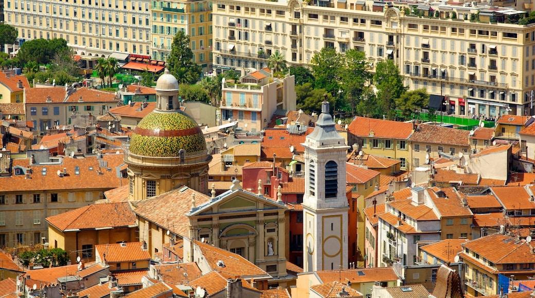Colline du château mettant en vedette ville, église ou cathédrale et patrimoine architectural