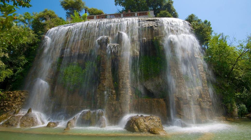 Colline du château mettant en vedette cascade