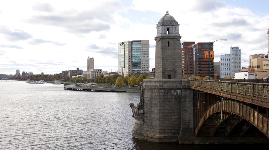 Cambridge mettant en vedette rivière ou ruisseau, pont et patrimoine architectural