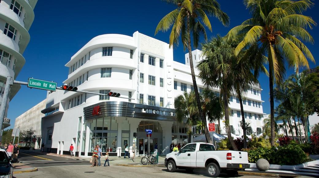 Lincoln Road Mall bevat een stad, straten en historische architectuur