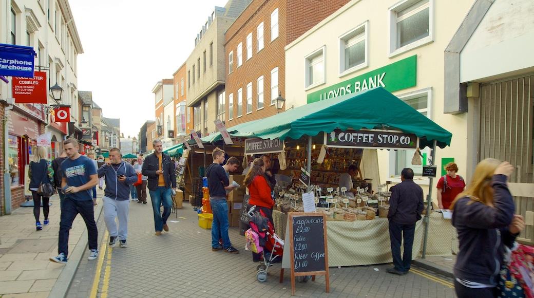 Colchester mettant en vedette marchés et signalisation aussi bien que important groupe de personnes