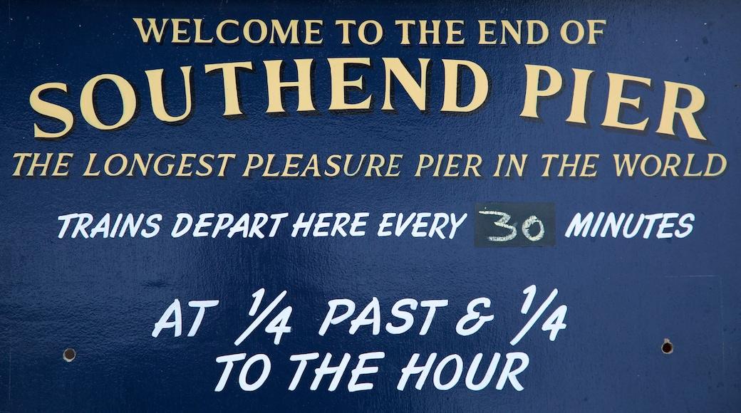 Southend Pier que incluye señalización
