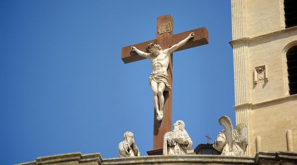Kathedrale von Avignon welches beinhaltet religiöse Aspekte, Kirche oder Kathedrale und Statue oder Skulptur