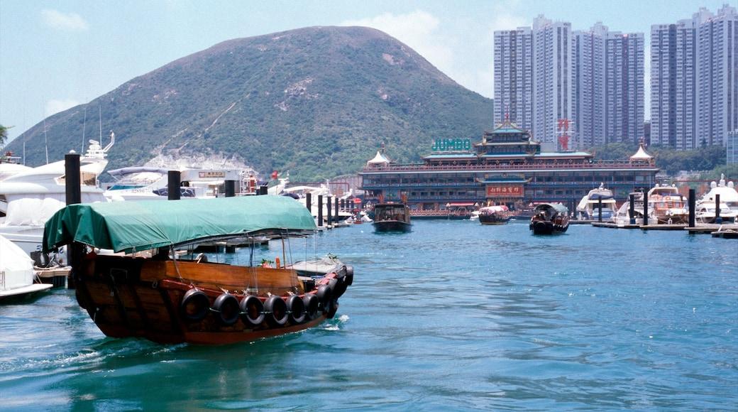 香港仔 设有 山, 摩天大樓 和 划船