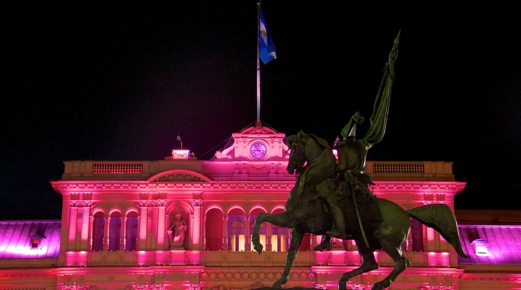 Casa Rosada mostrando monumento, paesaggio notturno e castello o palazzo