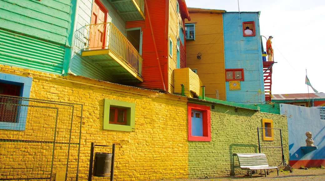 La Boca showing a house and a small town or village