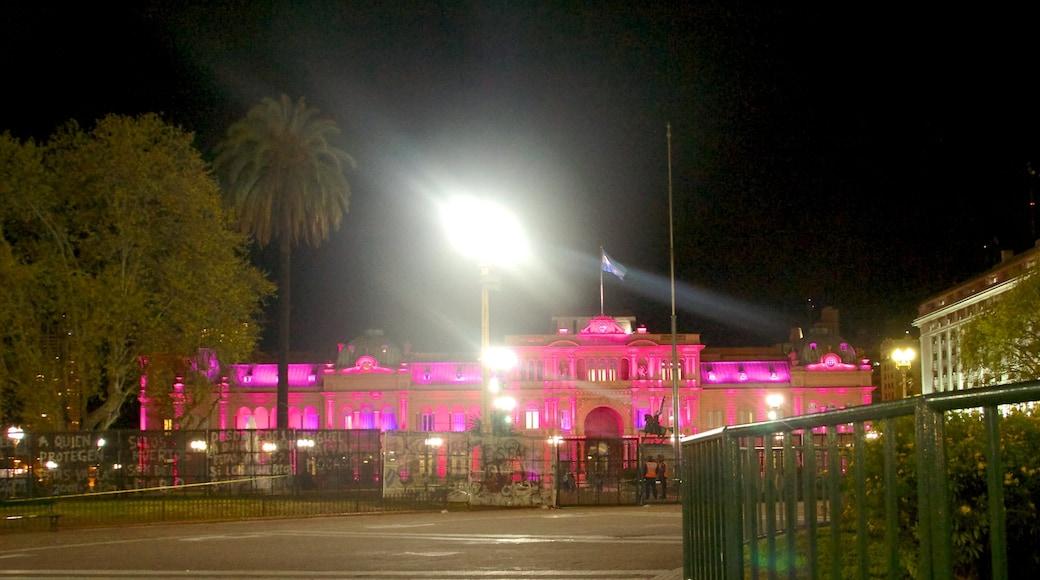 Casa Rosada mostrando paesaggio notturno, oggetti d\'epoca e edificio amministrativo