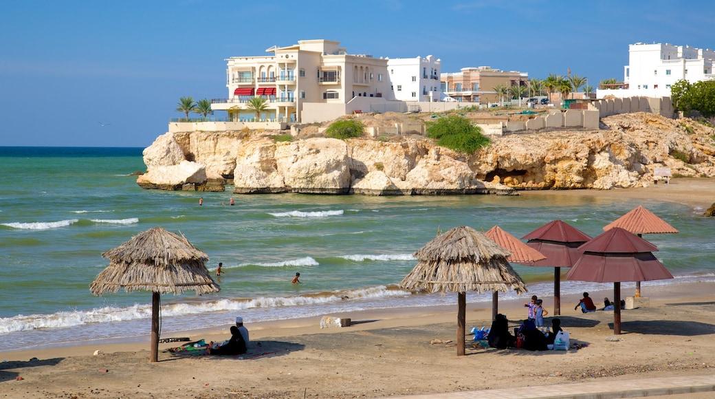 Shatti Al Qurum welches beinhaltet schroffe Küste, Strand und Küstenort