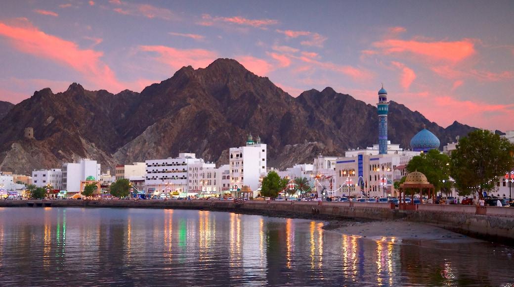 Masqat bevat algemene kustgezichten en een zonsondergang