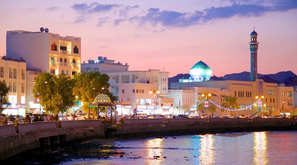 Mascate caracterizando cenas noturnas, uma mesquita e arquitetura de patrimônio