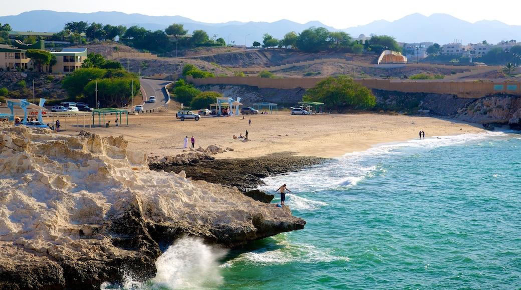 Shatti Al Qurum welches beinhaltet Sandstrand, allgemeine Küstenansicht und schroffe Küste