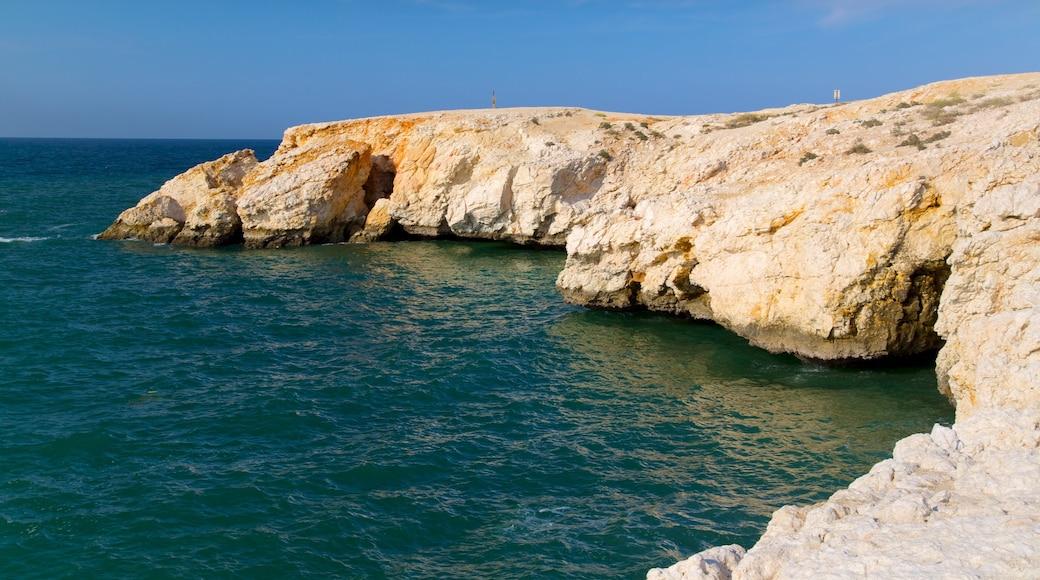 Shatti Al Qurum mit einem Felsküste