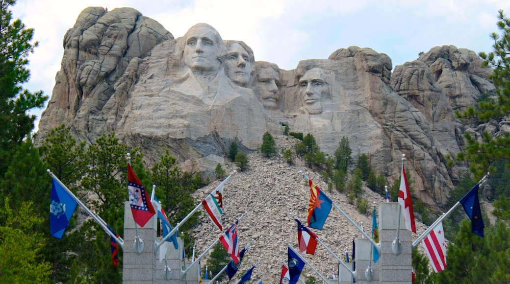Mount Rushmore which includes a monument and mountains
