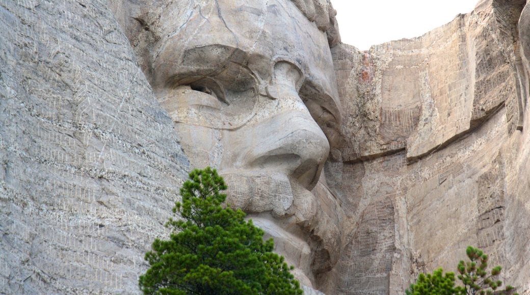 Mount Rushmore showing mountains, a monument and outdoor art
