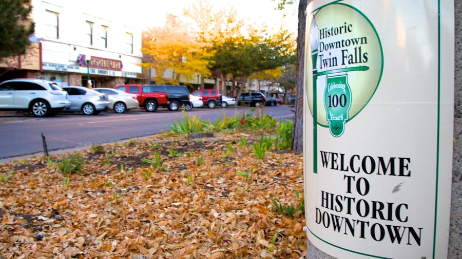 Twin Falls johon kuuluu pieni kaupunki tai kylä ja kyltit