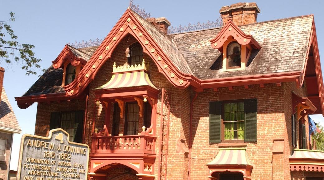 Newburgh presenterar historisk arkitektur, skyltar och ett hus