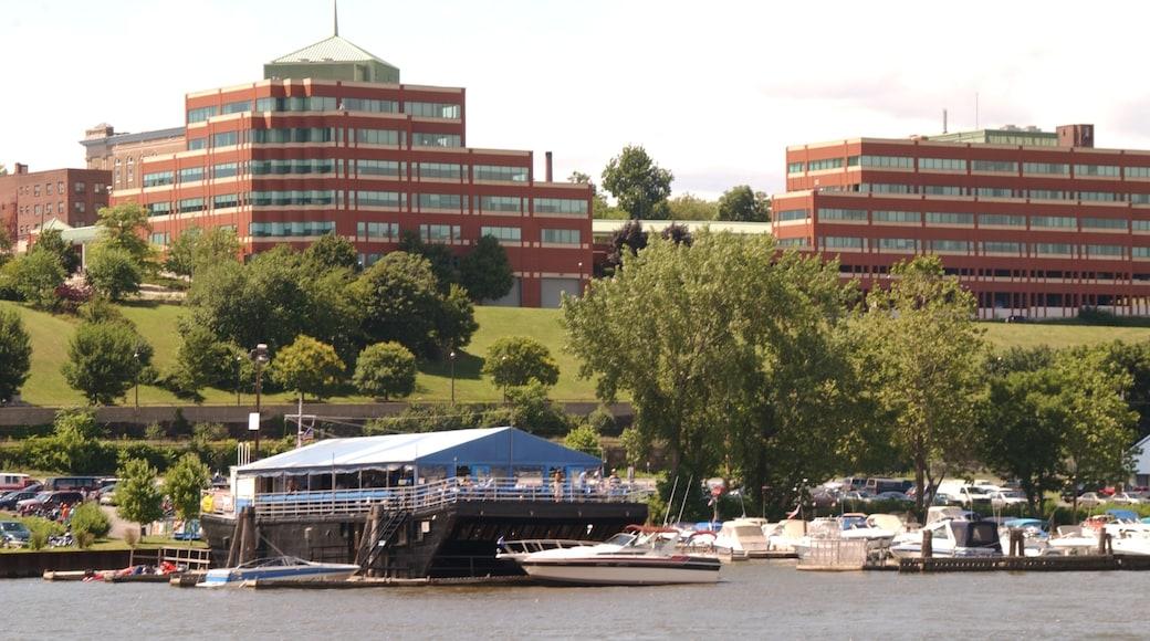 Newburgh presenterar en marina och båtkörning