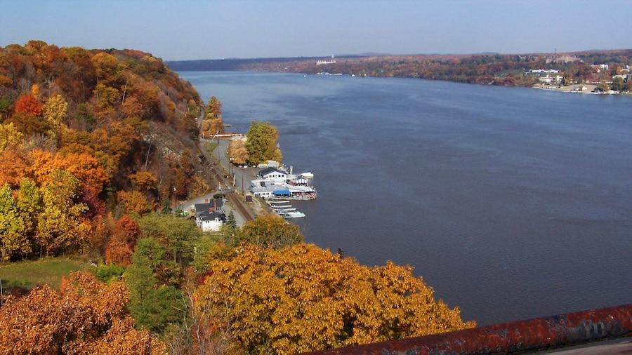 Poughkeepsie mostrando um rio ou córrego e folhas de outono