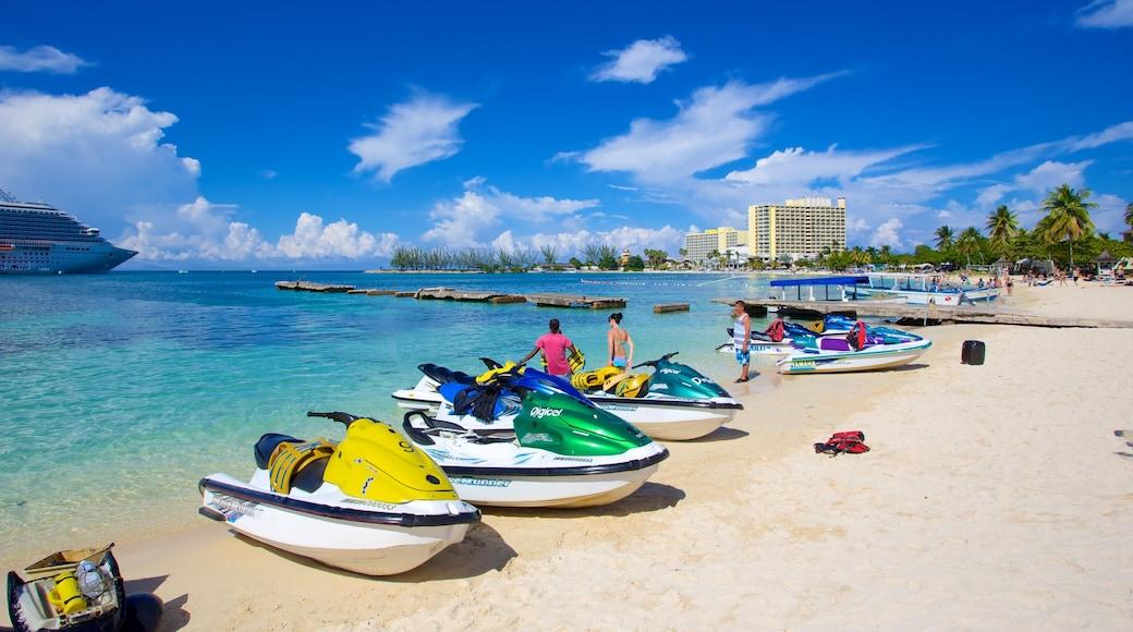 Ocho Rios mettant en vedette vues littorales, jet ski et ville côtière