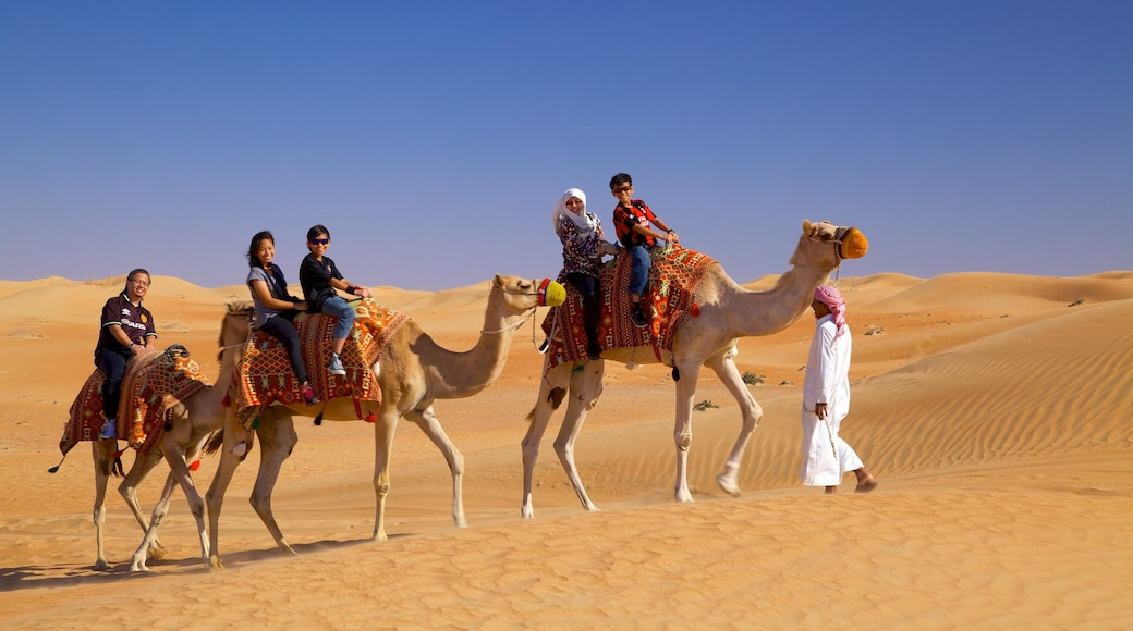 Deserto di Dubai che include animali di terra e vista del deserto cosi come un piccolo gruppo di persone