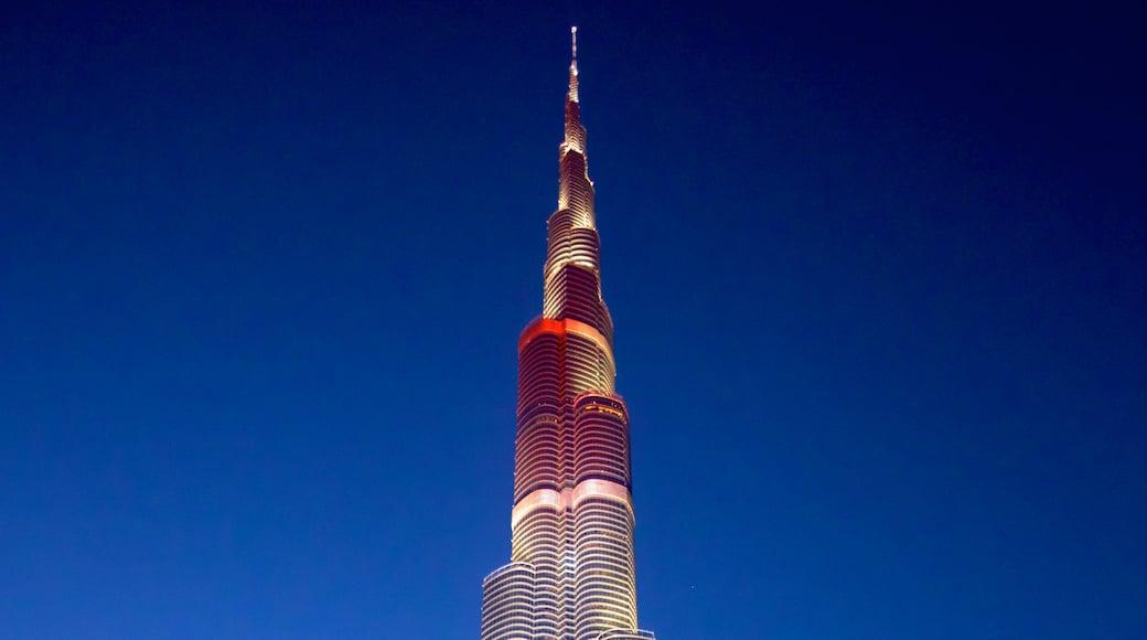 Burj Khalifa toont nachtleven, hoogbouw en moderne architectuur