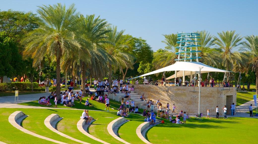 Zabeel Park montrant parc aussi bien que important groupe de personnes