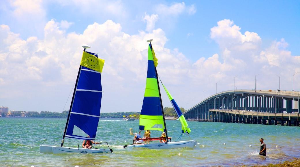 Key Biscayne caratteristiche di località costiera, baia e porto e barca a vela