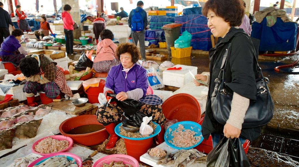 札嘎其魚市場 呈现出 市場 和 食物 以及 一小群人