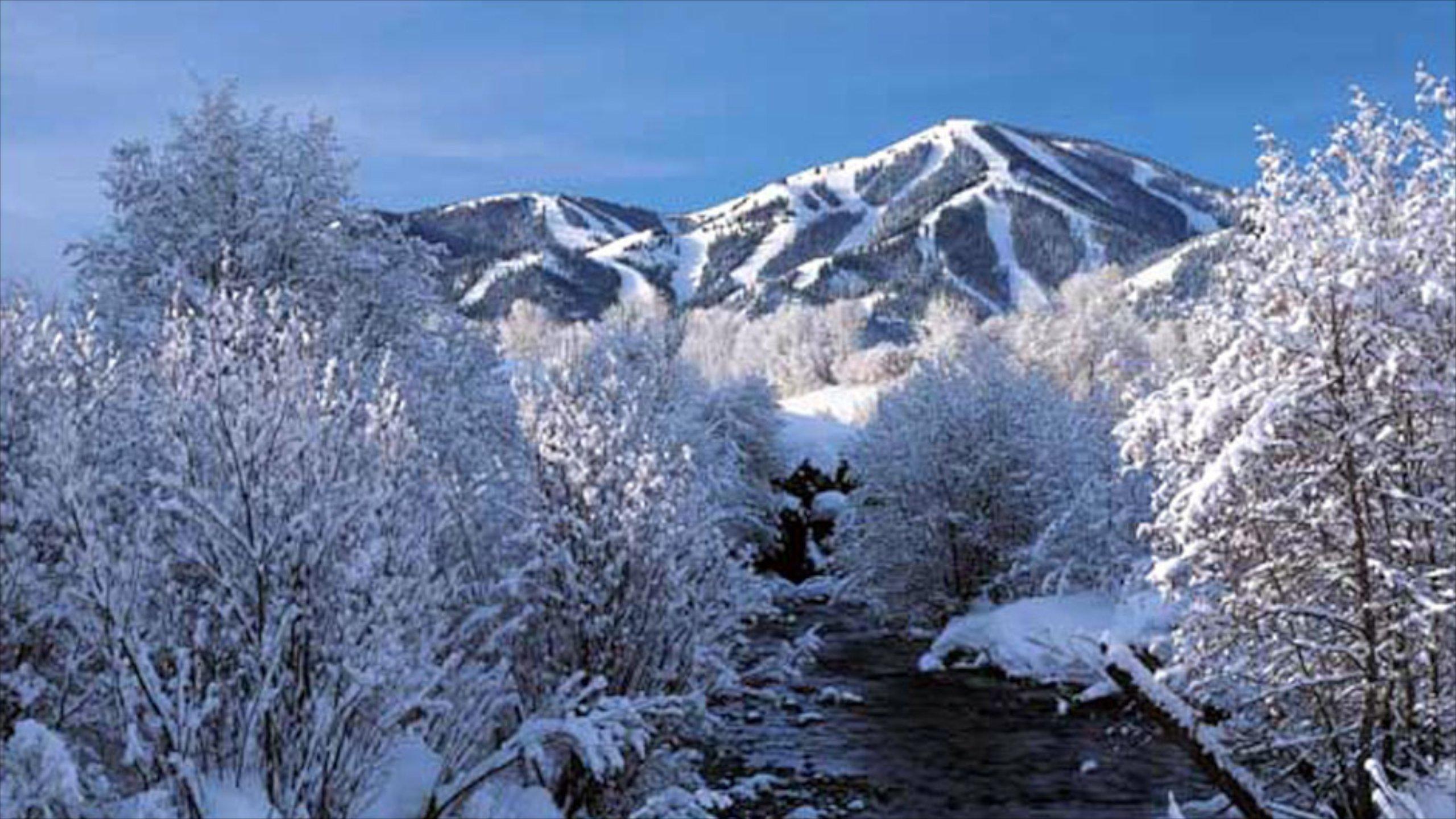 Sun Valley johon kuuluu vuoret ja lunta