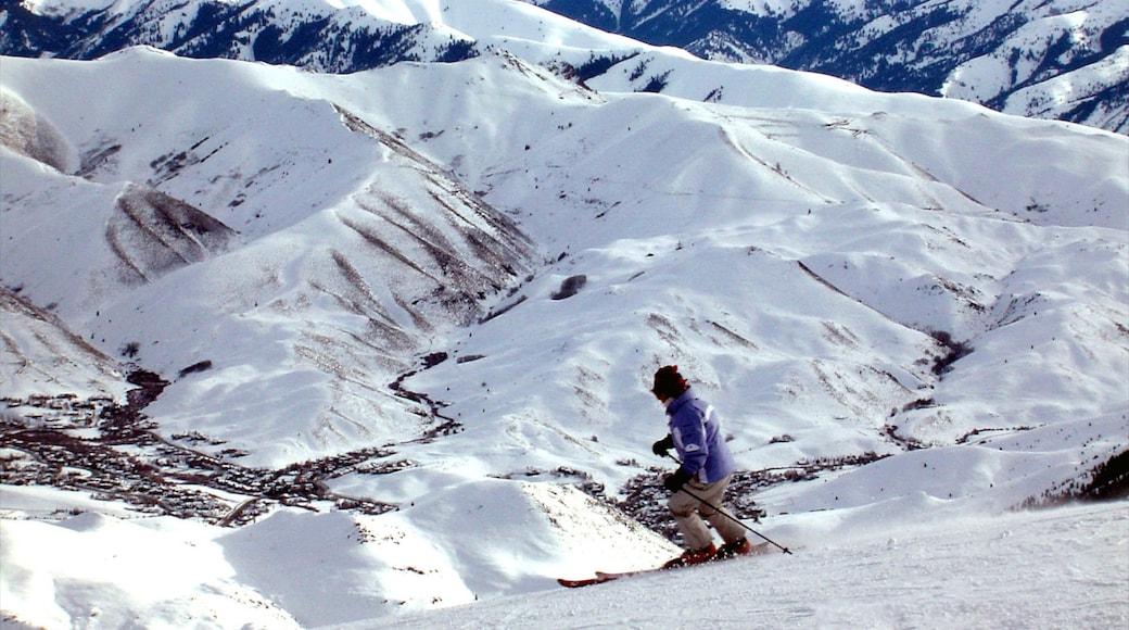 太陽谷 设有 滑雪 和 下雪 以及 一名男性