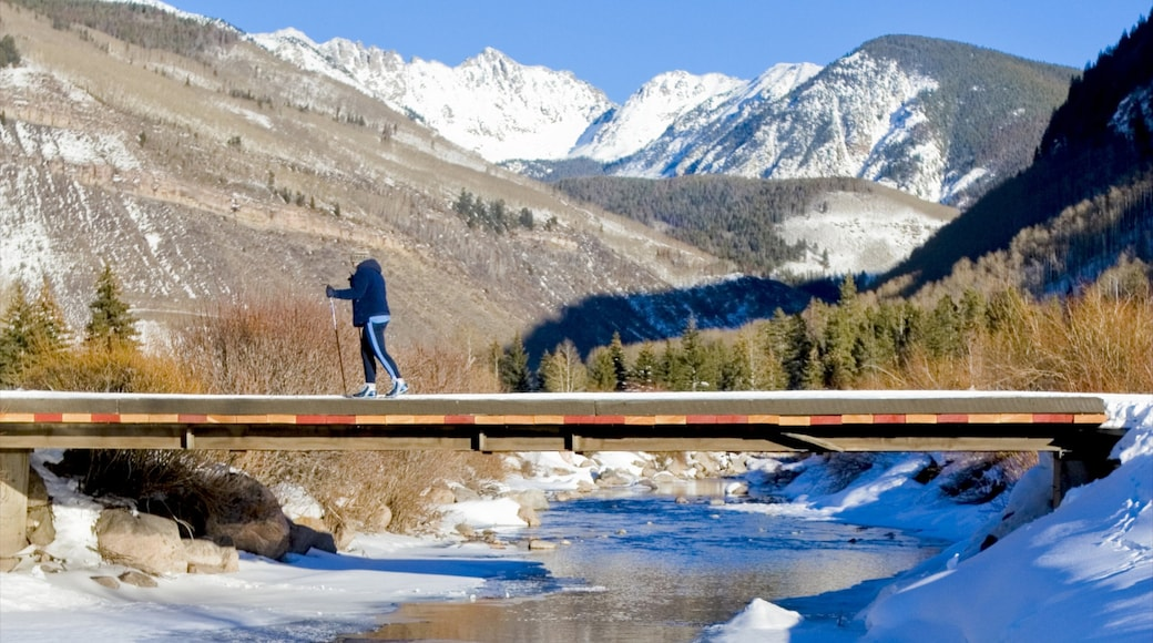 Vail Ski Resort mostrando caminatas, un río o arroyo y un puente