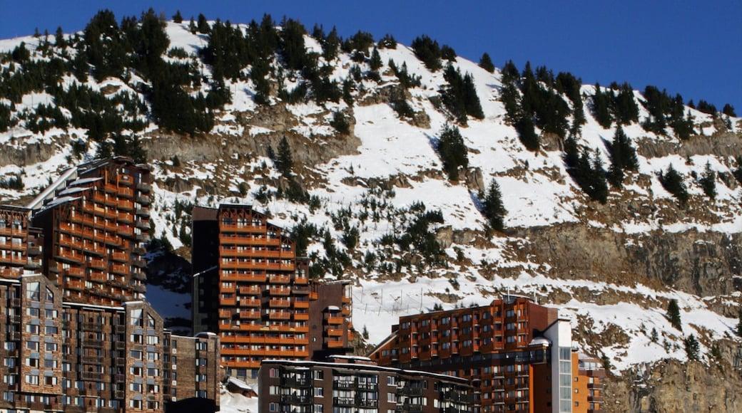 Station de ski Avoriaz montrant montagnes, hôtel ou complexe de luxe et neige