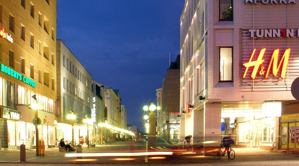 Oulu som inkluderar skyltar, nattliv och gatuliv