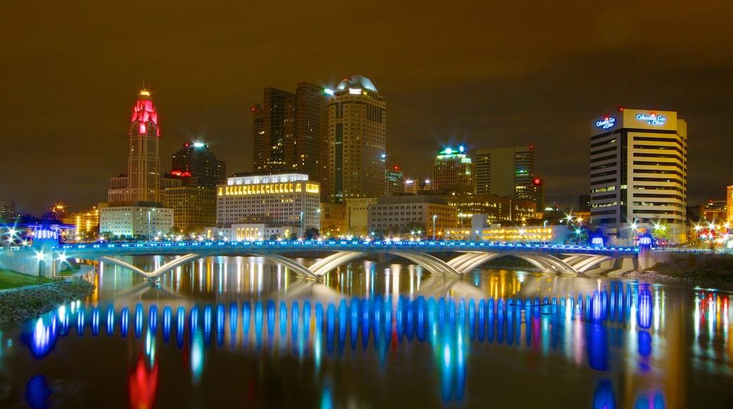 Columbus que inclui cenas noturnas, um rio ou córrego e uma cidade
