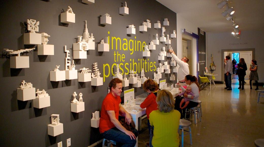 Columbus Museum of Art mostrando sinalização e vistas internas assim como um pequeno grupo de pessoas