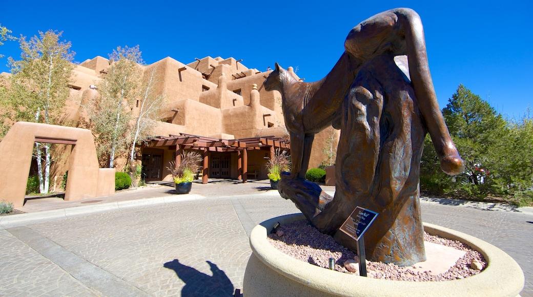 Santa Fe que incluye una estatua o escultura y arquitectura moderna