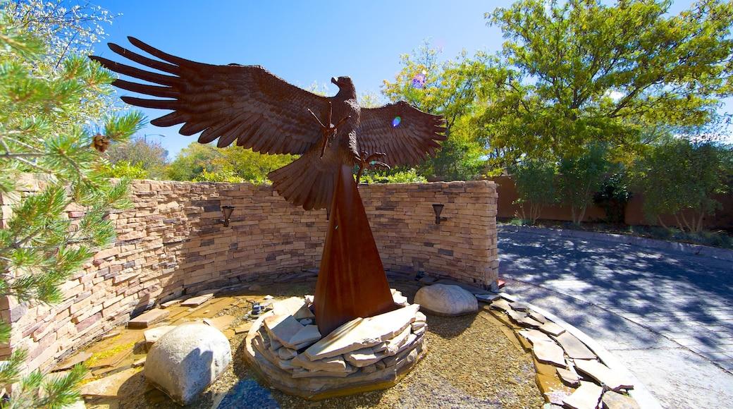 Santa Fe que incluye una estatua o escultura, arte al aire libre y un jardín
