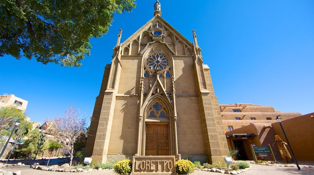 Santa Fe mostrando una iglesia o catedral, elementos religiosos y señalización