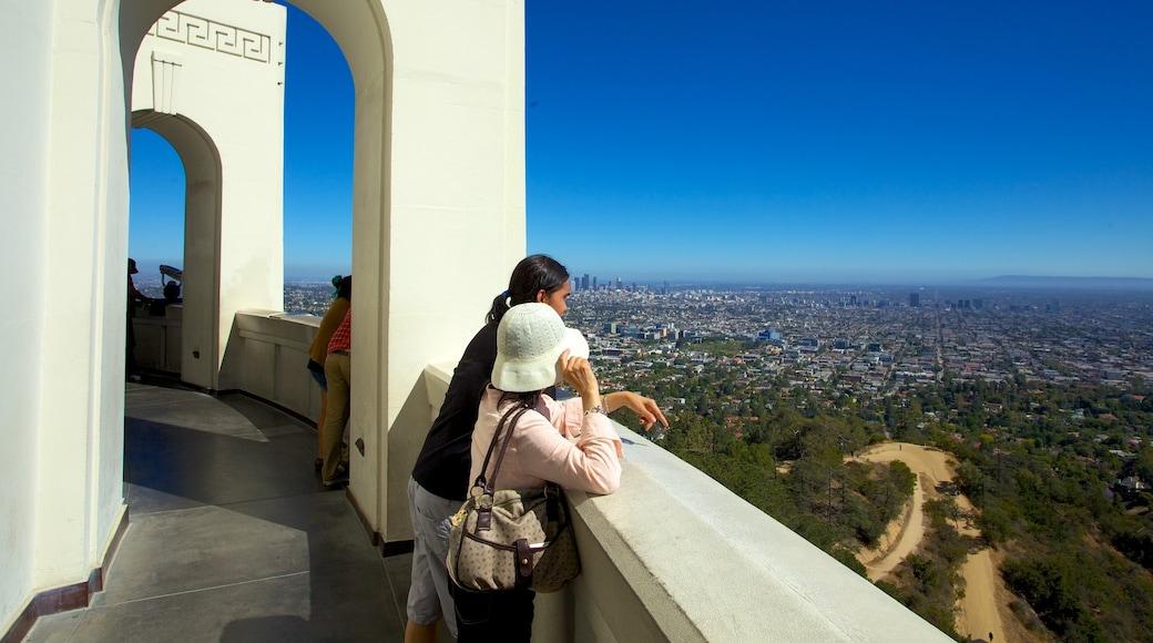 Griffith Observatory som inkluderar en stad, ett observatorium och utsikter