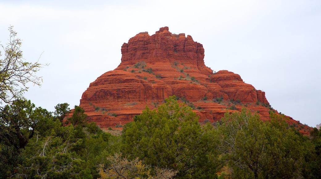 Bell Rock mit einem ruhige Szenerie und Schlucht oder Canyon