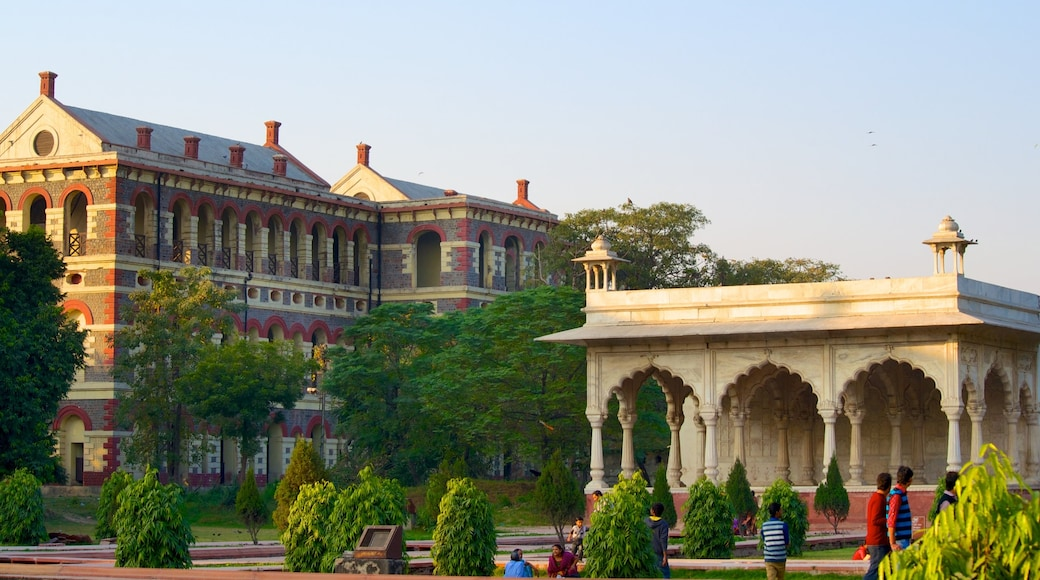 Red Fort which includes heritage architecture and a park