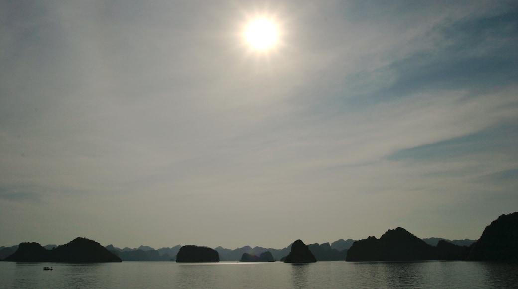 Baie d\'Halong qui includes côte escarpée et panoramas