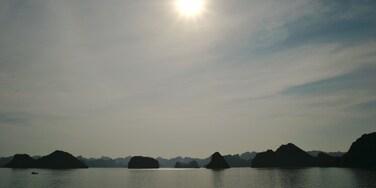 下龍灣 设有 山水美景 和 多岩石的海岸線